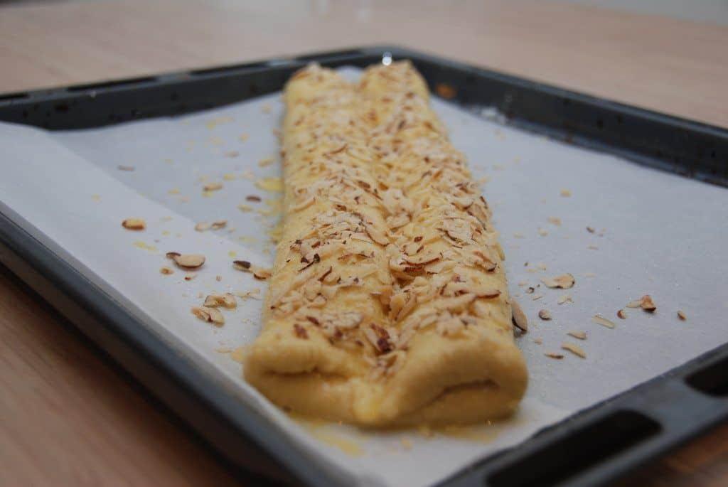 Pensl wienerstangen med sammenpisket æg og sødmælk - og drys med hasselnødder i flager og sukker. Foto: Guffeliguf.dk.