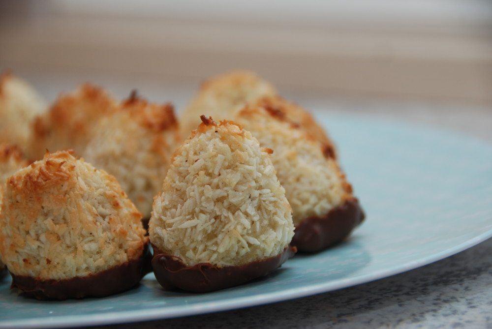 Kokostoppe med marcipan er meget nemme at bage, da de kun skal have få minutter i ovnen. Samtidig skal de jo ikke hæve, så du har lækre kager på meget kort tid. Foto: Guffeliguf.dk.