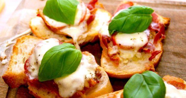 Bruschetta er en lækker og enkel forret, der stammer fra det centrale Italien. Her har jeg lavet den med tomat, skinke og hvidløg. Pyntet med basilikum. Foto: Madensverden.dk.