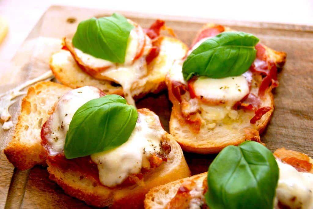 Bruschetta med parmaskinke, tomat og mozzarella | Madens Verden