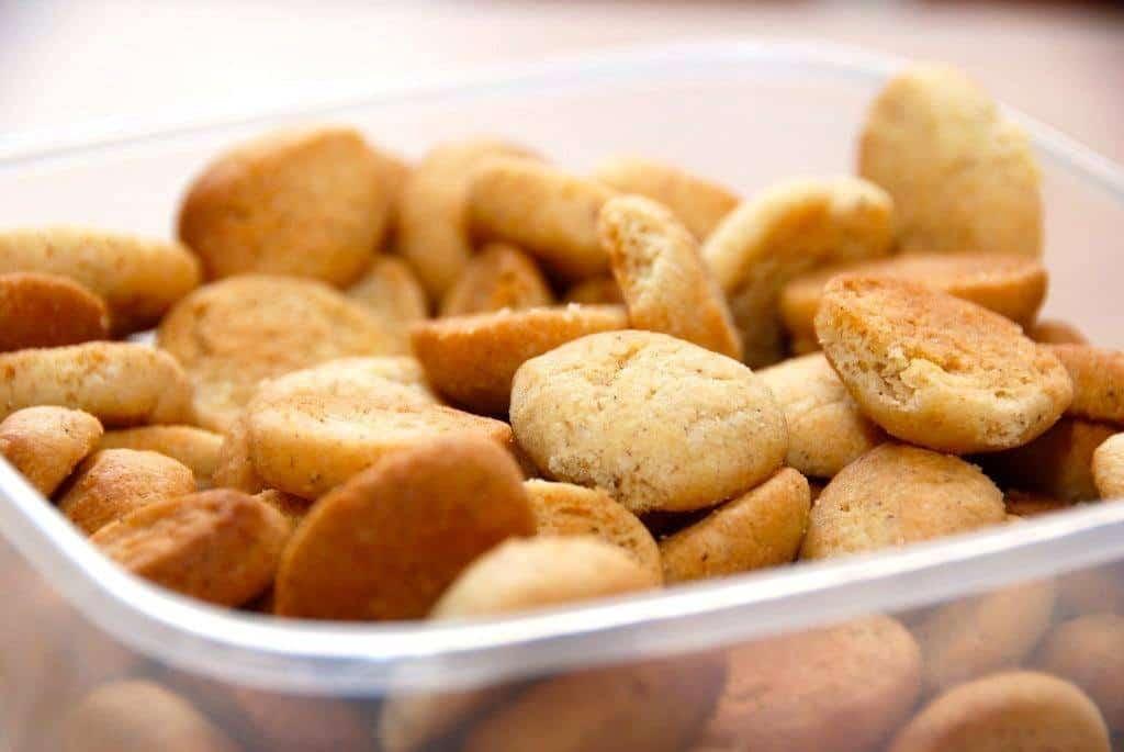 Pebernødder er en af de småkager, der nok hører julen allermest til. Her har jeg bagt dem i en luksus udgave med masser af gode krydderier og lidt piskefløde. Foto: Guffeliguf.dk.