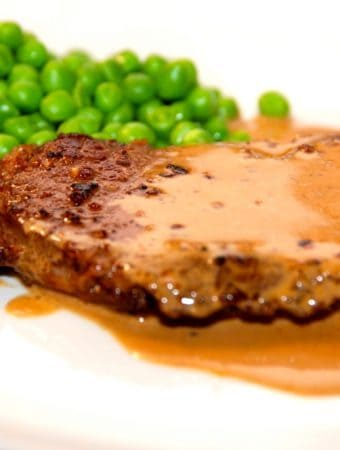 Steak sovs er nem at lave, og her får du min bedste opskrift med sennep, fløde og kalvefond. En perfekt sovs til din bøf, og den tager to minutter at lave. Foto: Madensverden.dk.