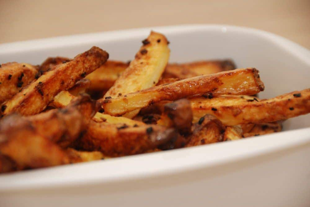 Pommes frites i ovn sparer dig for meget fedtstof. Fritterne bliver smagfulde - men uden den tunge smag af friture. Foto: Guffeliguf.dk.