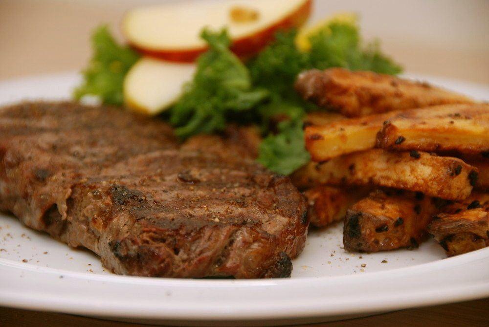 Entrecotes på grill tager i alt 10 minutter at lave. Inklusiv hviletid. Mørt kød, og her serveret med hjemmelavede pommes frites i ovn. Foto: Guffeliguf.dk.