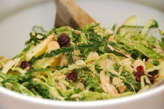 Salat med savoykål er sundt tilbehør til blandt andet en god bøf eller kalvesteg. Her er det med salat med ristede mandler, tranebær og æbler. Foto: Guffeliguf.dk.