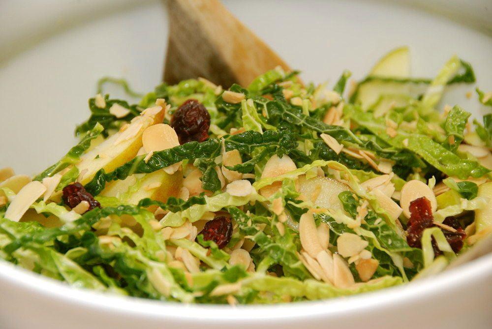 Salat med savoykål, ristede mandler, æbler og tranebær