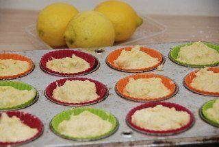 Citronmåne bagt i muffinforme med økologisk citron. Nu er dejen klar til at komme i ovnen. Foto: Guffeliguf.dk.