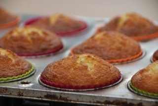 Sådan skal en nybagt citronmåne i muffinform se ud. Godt afbagt - men ikke for mørk. Nu er de klar til glasur. Foto: Guffeliguf.dk.