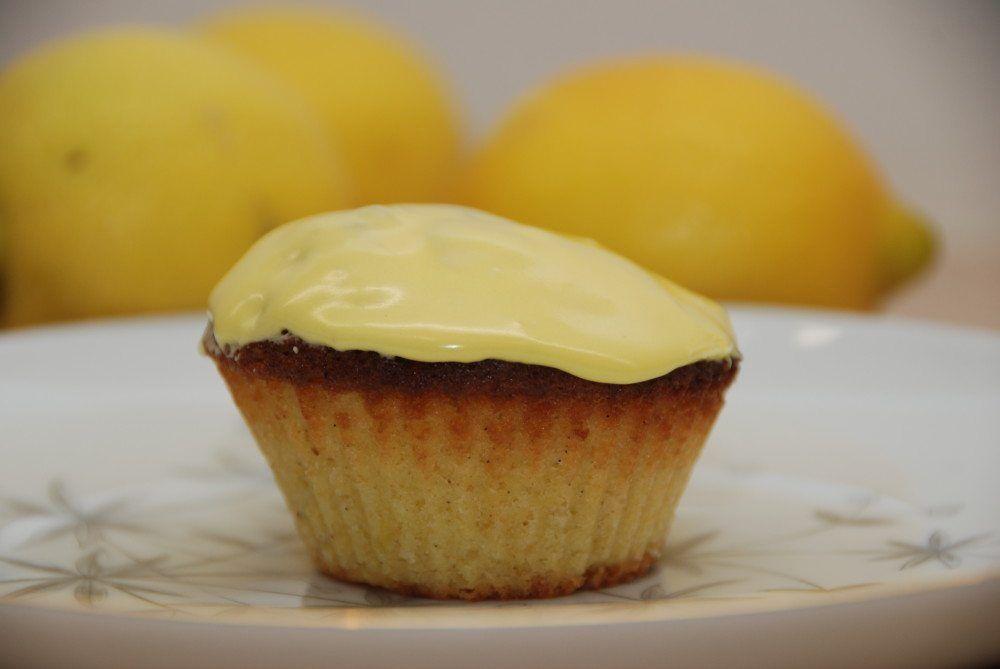 Citronmåne er en klassisk kage, men her er den bagt som minimåne i muffinforme. Betrukket med gul glasur. Foto: Guffeliguf.dk.