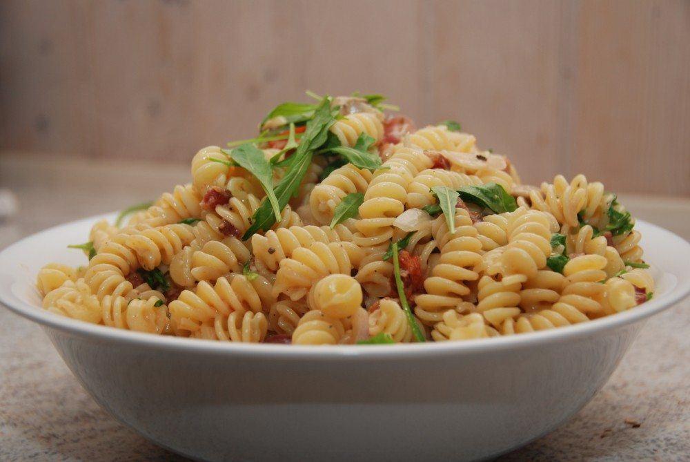 Pasta med rucola og bacon lyder af det klassiske italienske køkken, og sådan smager retten da også. Foto: Guffeliguf.dk.