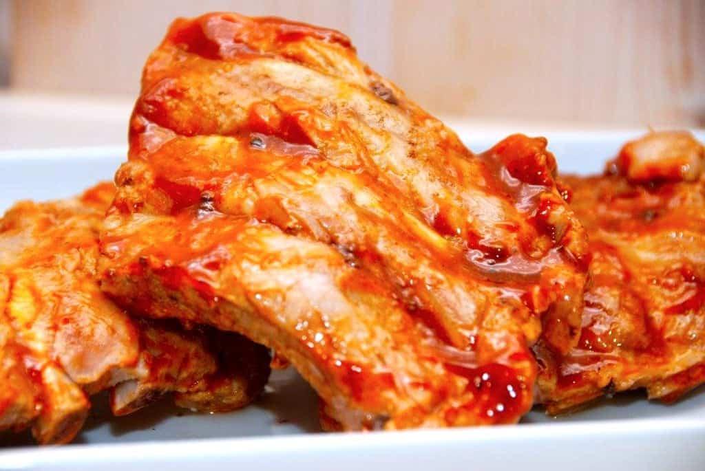 Barbecue marinade til kamben er nem selv at lave. Du skal blandt andet bruge brun farin og soya. Foto: Madensverden.dk.