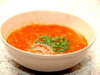 Fransk løgsuppe kommer oprindeligt fra Frankrig, og der findes mange måder at lave den på. Her er den lavet med chili. Foto: Madensverden.dk.