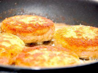 Krebinetter kan du både stege på panden og i ovnen. Her er opskriften, og server gerne krebinetter med kogte kartofler og persillesovs. Guffeliguf.dk.