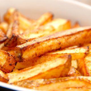 Pommes frites i ovn sparer dig for meget fedtstof. Fritterne bliver smagfulde - men uden den tunge smag af friture. Foto: Madensverden.dk.