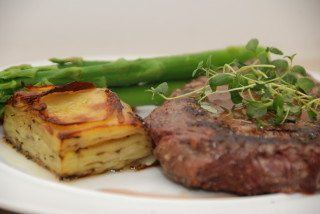 Ribeye steak med Pommes Anna og pebersauce