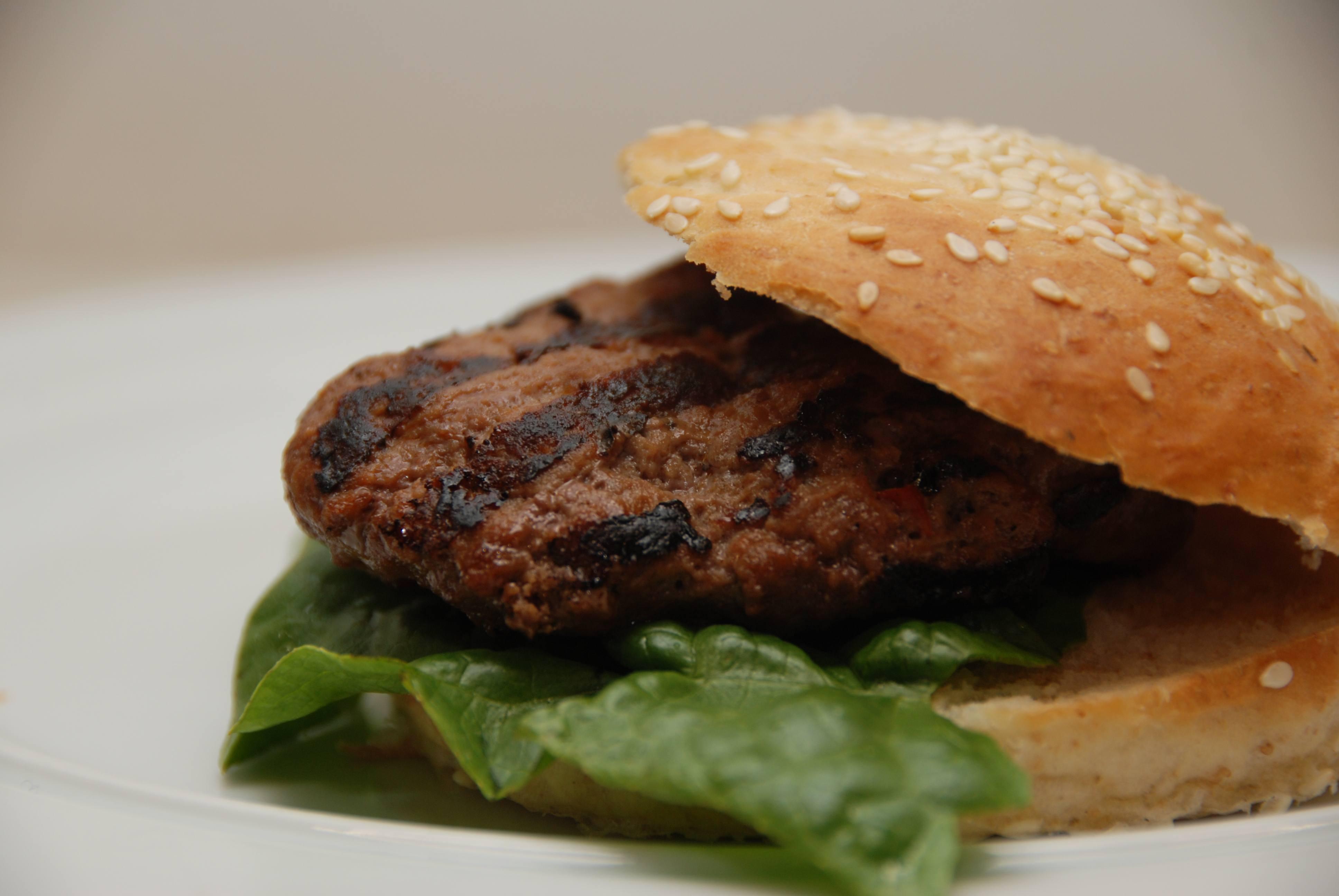 Burgerbøffer – rørt af oksekød, chilisovs og tomatketchup