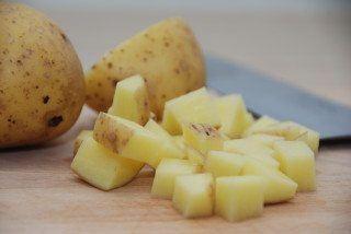 Råstegte kartofler skal steges i smør og olie på panden, og stegetiden er cirka 20 minutter. Foto: Guffeliguf.dk.