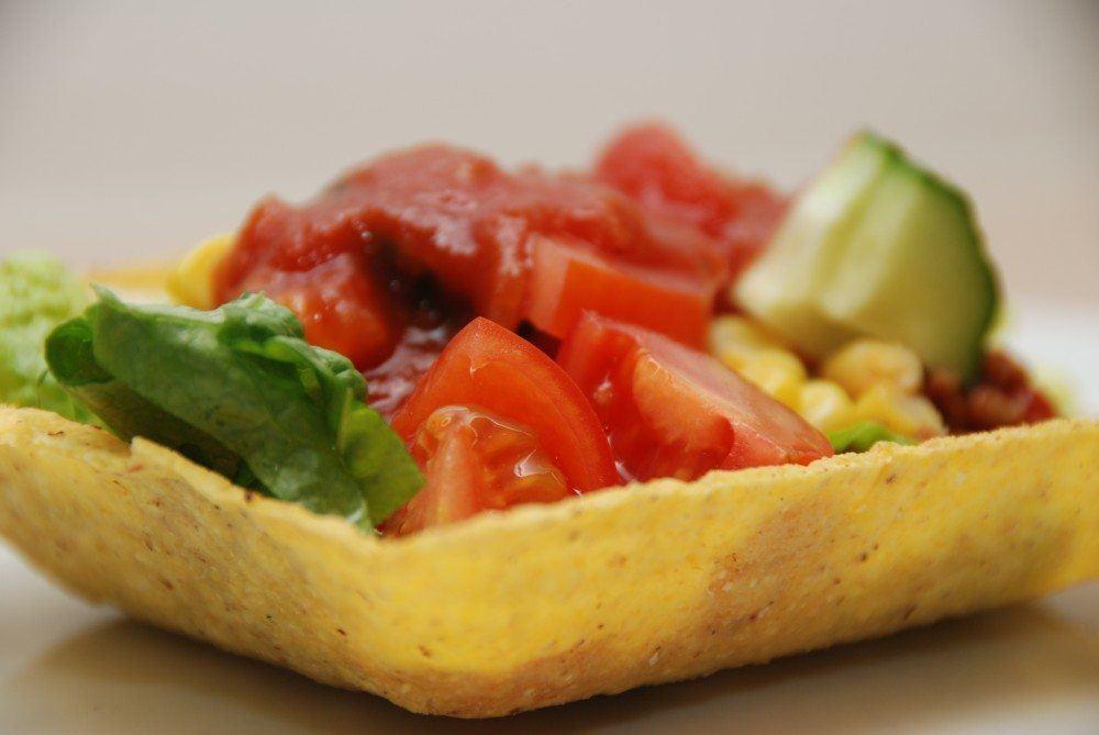 Tacos med hakket oksekød, salat og tacosauce