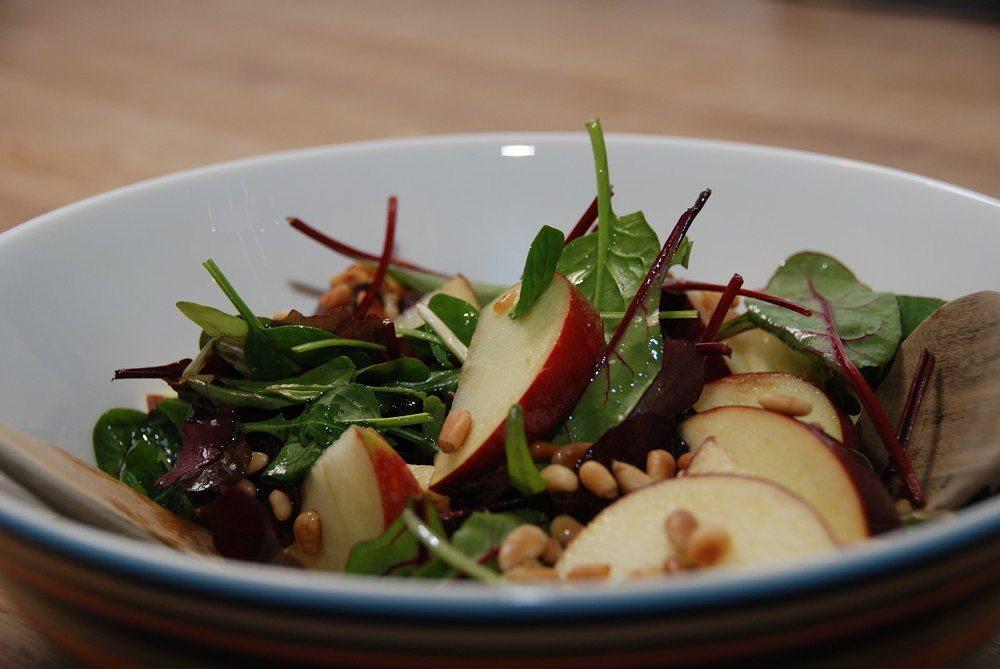 Æblesalat med tranebær og pinjekerner - og den bedste dressing