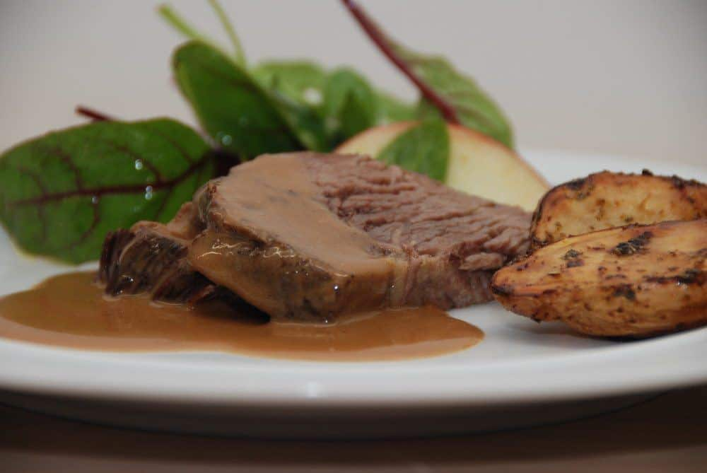 Vildtsauce laves med ribsgele, bacon og piskefløde. Passer perfekt til langtidsstegt oksekød. Foto: Guffeliguf.dk.