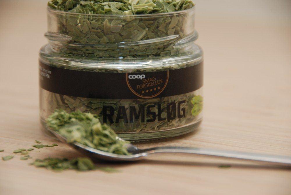 Ramsløg er perfekt til en lammekølle i ovn, og du kan både bruge tørret og frisk ramsløg. Foto: Guffeliguf.dk.