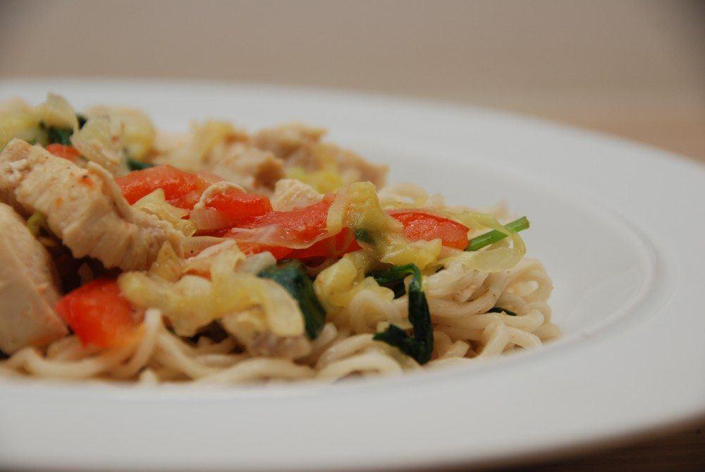 Nudler med kylling er sund mad, og her opskriften med ingefær, spidskål, peberfrugt og spinat. Du kan lave retten på 15 minutter, så det er hurtig mad. Foto: Guffeliguf.dk.