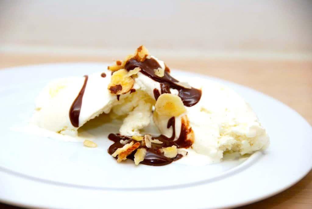 Nem og hjemmelavet varm chokoladesovs til vaniljeis