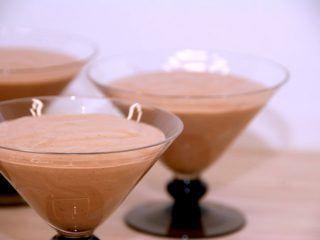 Chokolademousse ser smuk og indbydende ud, når man anretter den i portionsglas. Foto: Madensverden.dk.