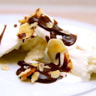 Vaniljeis kan sagtens laves uden en ismaskine. Her er opskriften og det gode råd til, hvordan du laver is uden at eje en dyr ismaskine. Foto: Madensverden.dk.