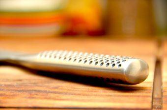 Ramsløg er perfekt til en lammekølle i ovn, og du kan både bruge tørret og frisk ramsløg. Foto: Madensverden.dk.