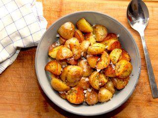 Råstegte kartofler skal steges i smør og olie på panden, og stegetiden er cirka 20 minutter. Råstegte kartofler er super lækkert tilbehør til de fleste retter med kød, blandt andet culottesteg. Foto: Madensverden.dk.