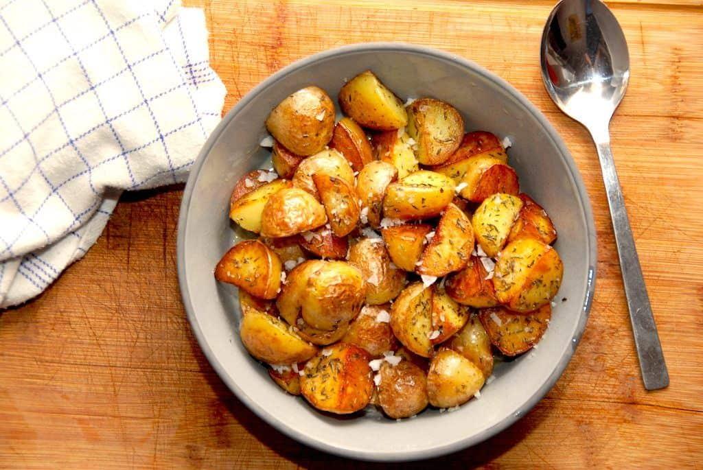 Råstegte kartofler – sådan laver du dem på panden