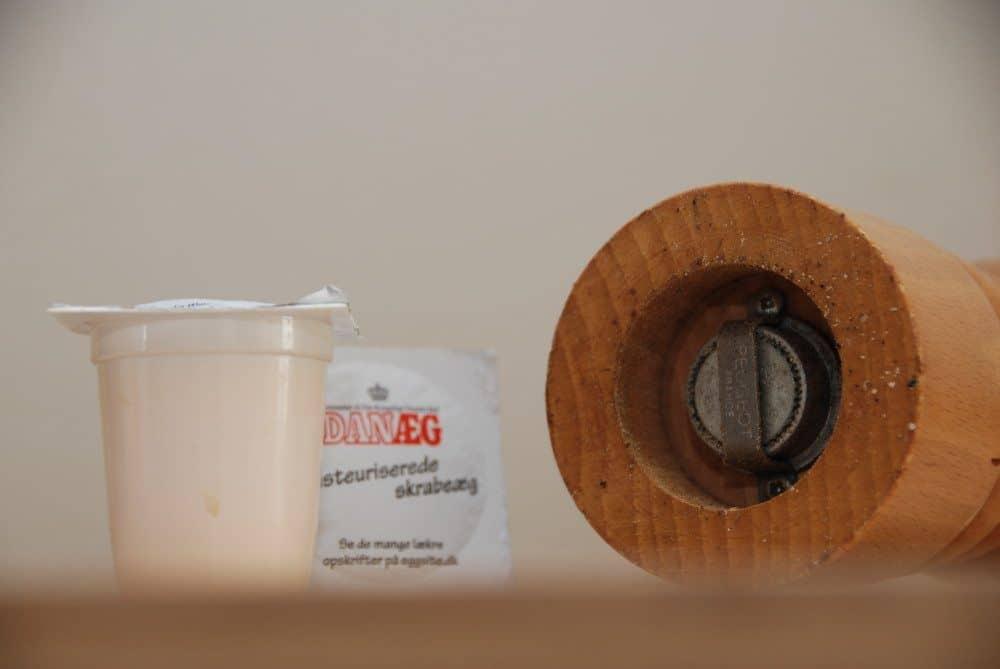 Mayonnaise er noget af det vi bruger allermest - men samtidig også det vi køber mest på tube. Og det ser synd, for det er nemt at lave sin egen mayo. Foto: Guffeliguf.dk.