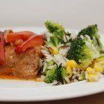 Koteletter i fad er en rigtig familieret, som alle kan lide. En lækker kødret lavet i ovnen, her serveret med den dejligste rissalat med majs og broccoli. Foto: Guffeliguf.dk.