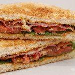 BLT er en klassisk sandwich med toastbrød, bacon, salat og tomat. Meget nem at lave, og her har jeg samlet BLT med en hjemmelavet burgerdressing. Foto: Guffeliguf.dk.