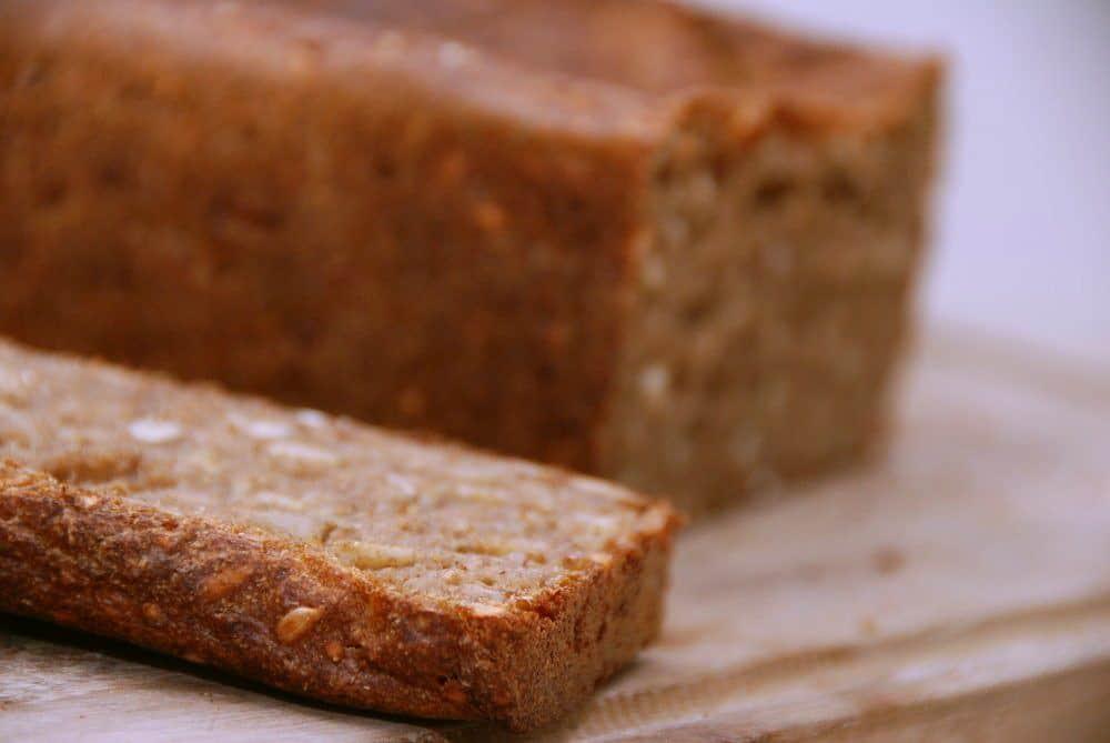 Kan man bage et rugbrød uden surdej? Det kan man sagtens, og jeg har bagt det med en god sjat Brown Ale fra Svaneke Bryghus og skårne rugkerner. Foto: Guffeliguf.dk.