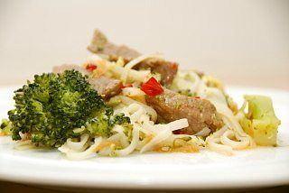 Stegte nudler er hurtig aftensmad, og her får de selskab af okseinderlår, forårsløg, broccoli og selvfølgelig en lækker, hjemmelavet sød chilisauce. Foto: Guffeliguf.dk.