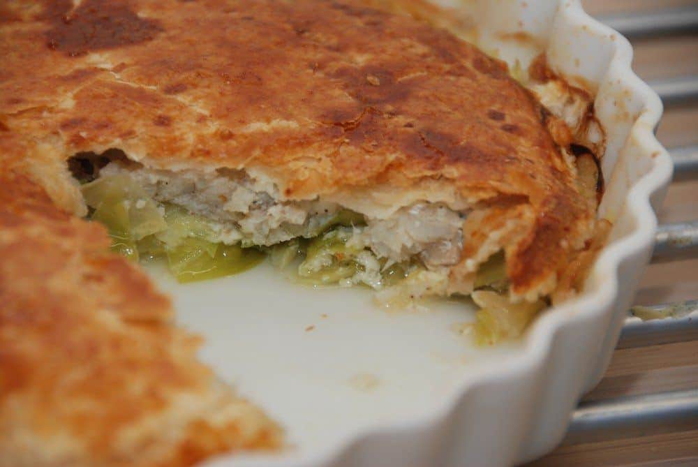 Torsk er en af de mest populære spisefisk, og her er den lavet med spidskål og porre - og pakket ind under et låg af butterdej. Bages 30 minutter i ovnen. Foto: Guffeliguf.dk.