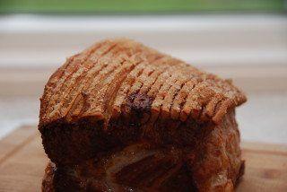 Ribbensteg med sprød svær er nem at lave i ovnen, hvis du blot husker et par vigtige ting. At skære sværen igennem - og salte den rigeligt. Foto: Guffeliguf.dk.