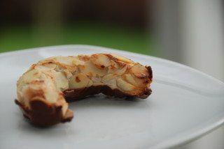 Mandelhorn er lavet af lækker kransekagemasse, der rulles i mandelflager, og formes til små horn. Bagetiden for mandelhorn er 8 minutter ved 200 grader. Foto: Guffeliguf.dk.