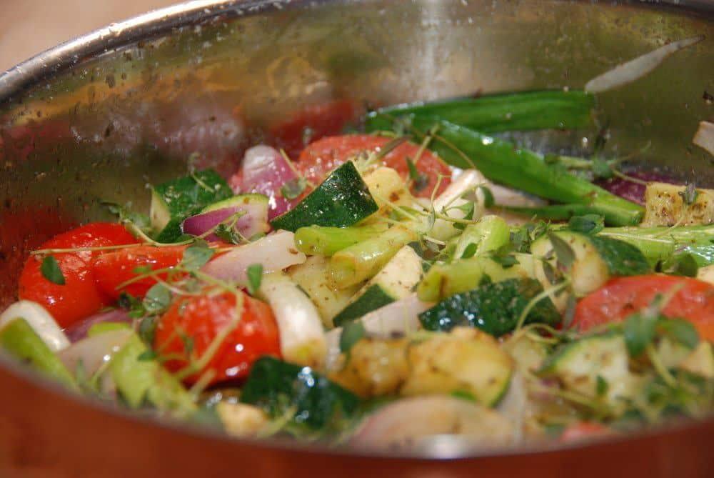 Sauterede grøntsager er sundt tilbehør til bøf, og her er en hurtig kombination af friske forårsløg, squash og tomater. Smagt til med oregano. Foto: Guffeliguf.dk.