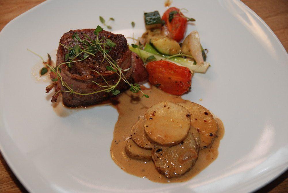Bøf af oksemørbrad er perfekt gæstemad, og her er den serveret med dejlige jordskokker i sennepsfløde og sauterede grøntsager. Foto: Guffeliguf.dk.