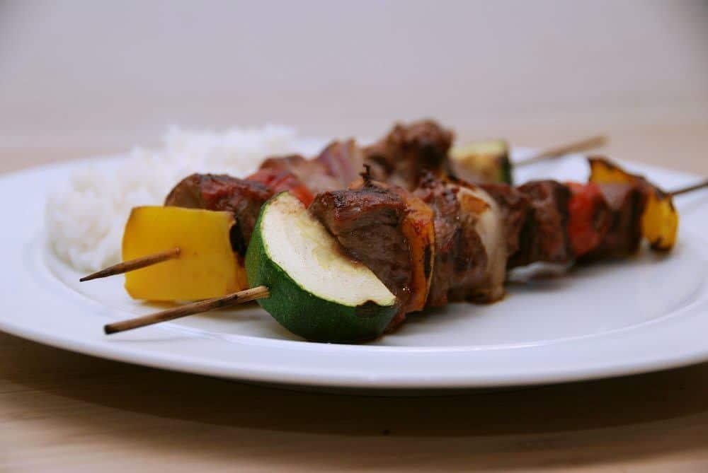 Grillspyd er smukke at servere, fordi kan lave de skønneste farvespil. Disse grillspyd er med oksemørbrad og blandede grøntsager, der grilles 8 minutter. Foto: Guffeliguf.dk.