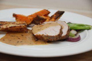 Skinkemignon kommer fra grisens yderlår, og er et fint stykke kød at stege. Og til en fornuftig pris. Her lavet med timian og en smagfuld sennepssky. Foto: Guffeliguf.dk.