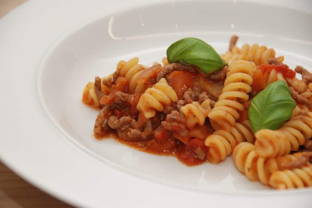 Dejlig kødsovs med hakket oksekød, der er vendt i en omgang pasta. Foto: Guffeliguf.dk.