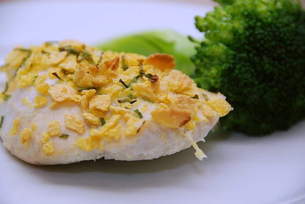 Kylling med cornflakes er kyllingefilet, der paneres med æg, sprøde cornflakes og purløg. Bagetiden er 20 minutter i ovnen ved 200 grader varmluft. Foto: Guffeliguf.dk.