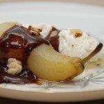 Pære Belle Helene er en af mine favoritter, og her er opskriften med pærer, der koges med vanilje og rørsukker - serveret med en hjemmelavet chokoladesovs. Foto: Guffeliguf.dk.