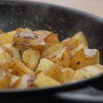 Brasede kartofler kan være drilske at lave, men med denne opskrift får du altid et perfekt resultat. Jeg bruger bagekartofler til brasede kartofler. Foto: Guffeliguf.dk.