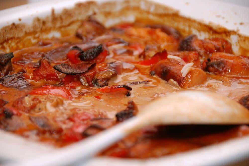 Mørbrad i ovn laves i et ildfast fad, og på denne måde bliver svinemørbrad virkelig mør og lækker. Samtidig giver det en viidunderlig peberflødesovs. Foto: Guffeliguf.dk.
