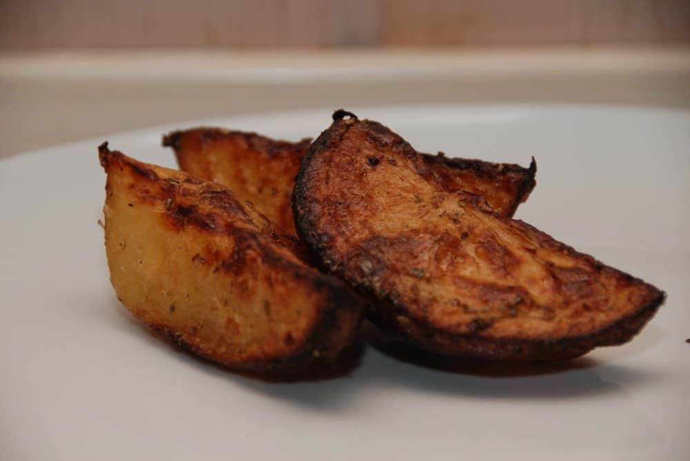 Kartoffelbåde er super tilbehør til mange retter med kød, og de er nemme at lave selv. Brug bagekartofler, som koges før turen i ovnen. Foto: Guffeliguf.dk.